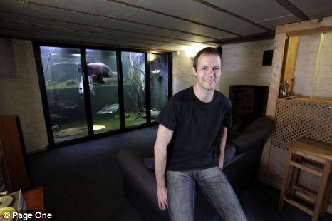 Si fa costruire un acquario enorme dentro casa per - Acquario in casa ...